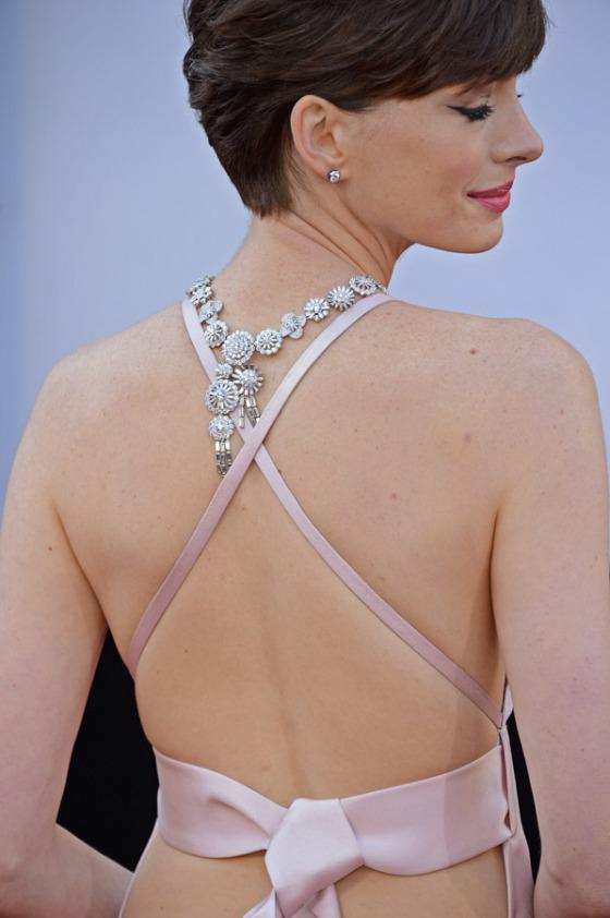 Anne ousou a usar o colar, bem próximo do detalhe cruzado do vestido.