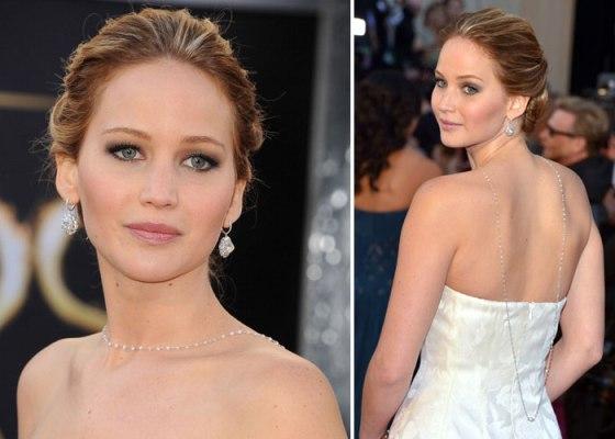 Jennifer Lawrence com o colar em um modelo mais delicado.